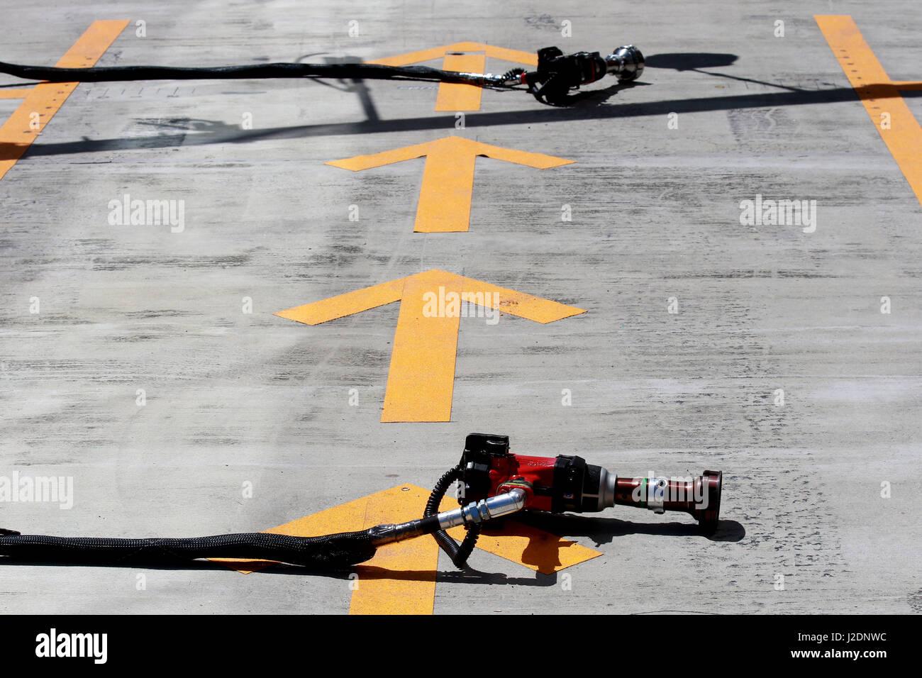 Sochi, Russia. 28 apr, 2017. La freccia gialla sulla via Credito: dpa/Alamy Live News Foto Stock