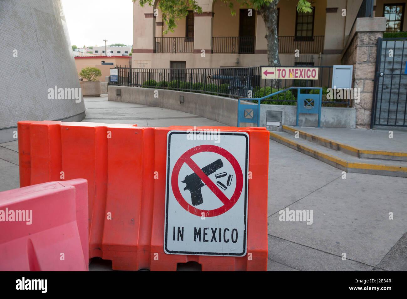 Nogales in Arizona - un segno nella zona pedonale di attraversamento di confine avverte che l'assunzione di Immagini Stock
