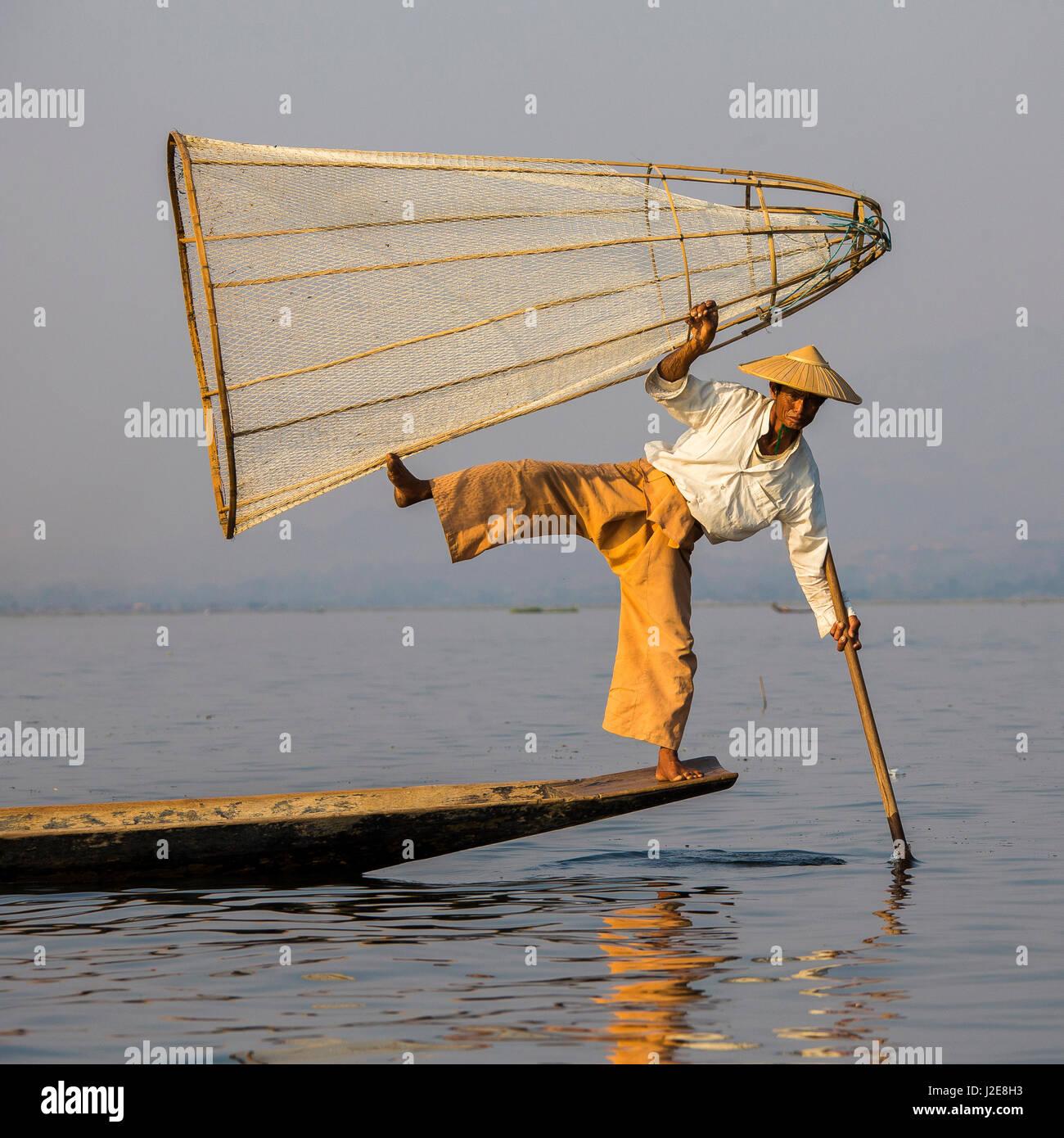 Gamba stile di voga, i pescatori Intha sul Lago Inle, Myanmar Immagini Stock