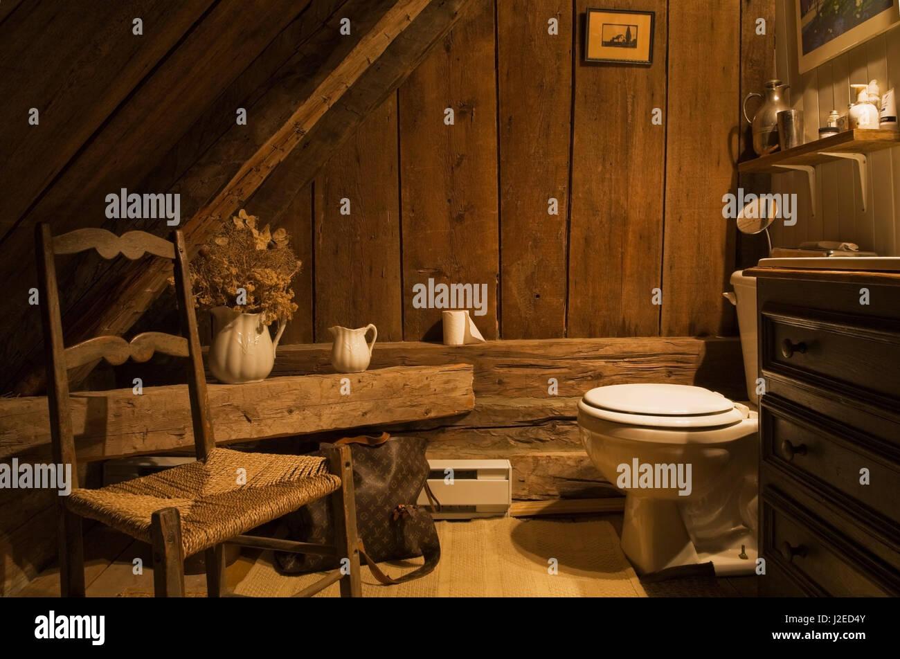 Bagno Stile Francese : Bagno rustico sul pavimento del piano superiore all interno di un