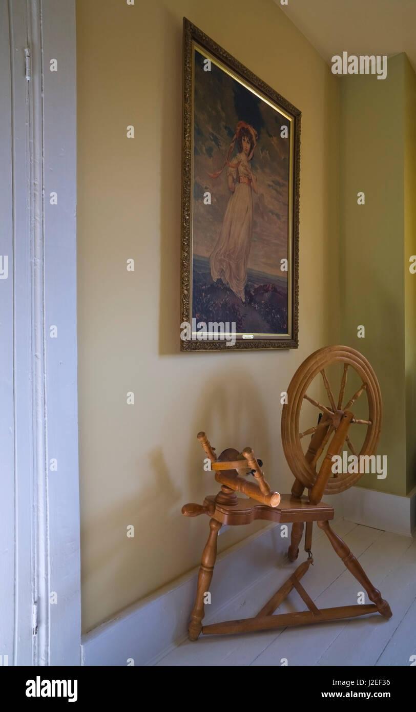 Legno di antiquariato ruota di filatura e la pittura in una ...
