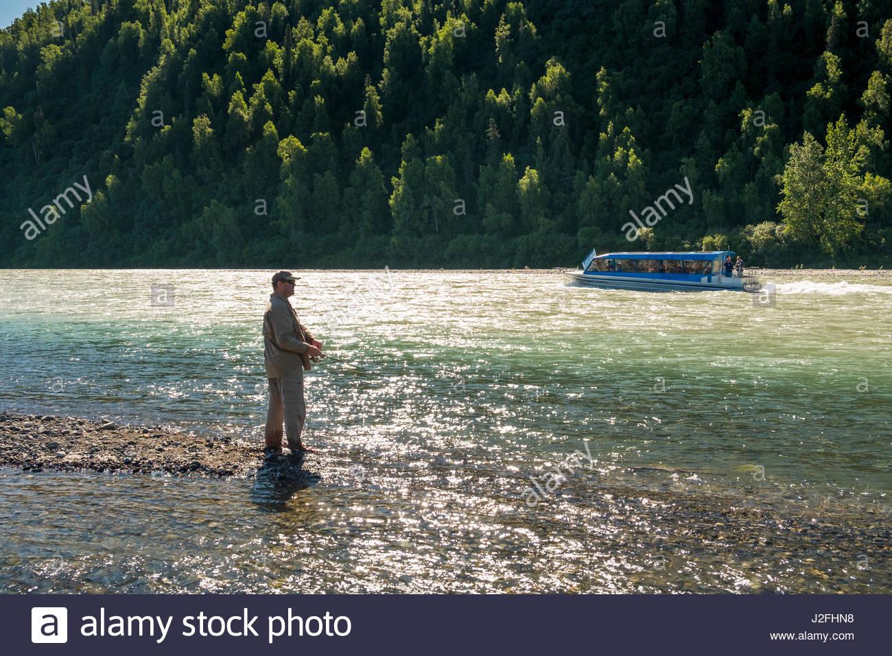 Mahay McKinley della regina Jet entrobordo tour in barca che viaggiano a monte sul fiume Susitna passando pescatore Immagini Stock