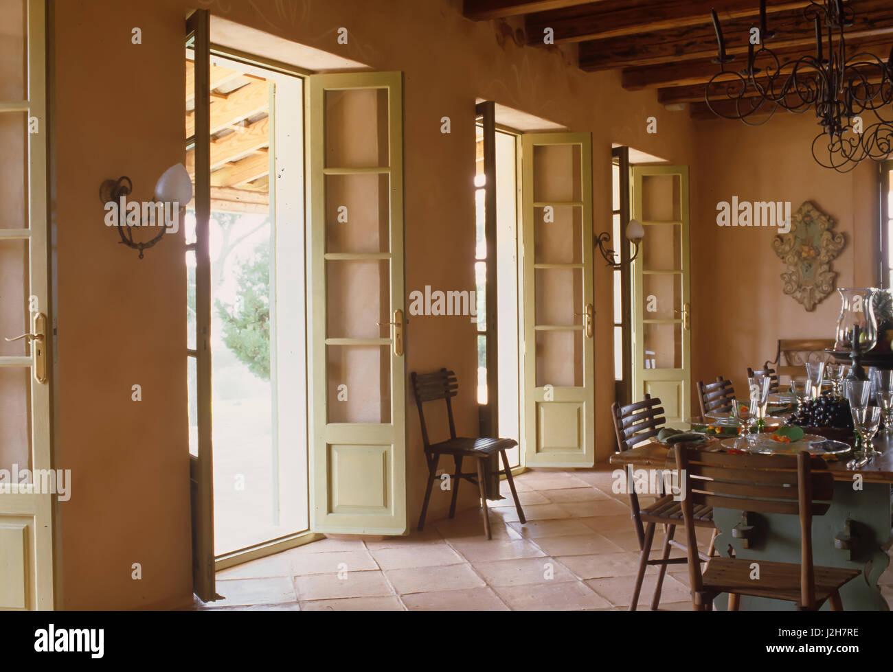 Tavolo e sedie con aprire porte Francesi Immagini Stock