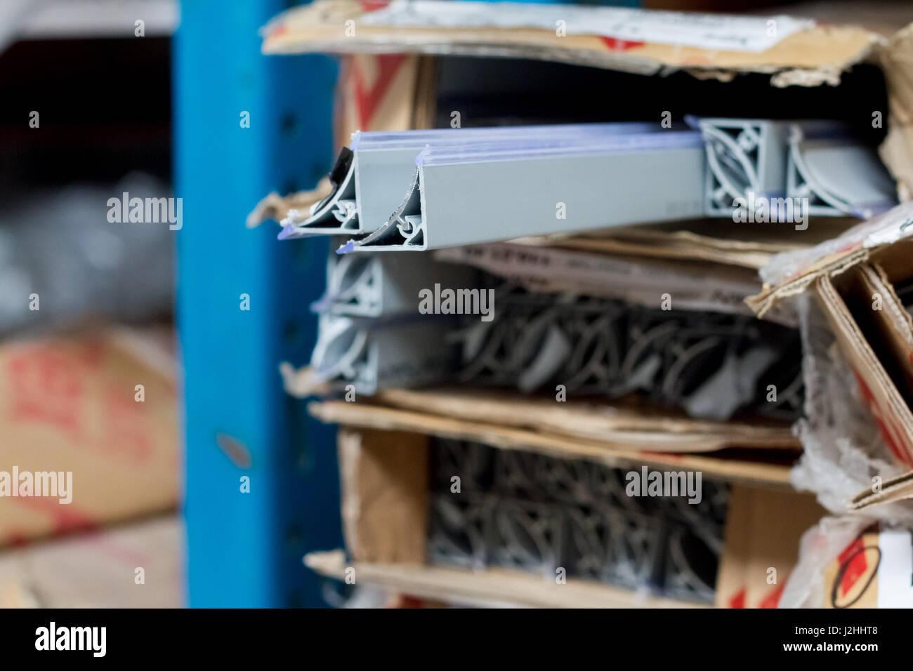 Accessori per mobili. plinto in metallo per la cucina per il bancone