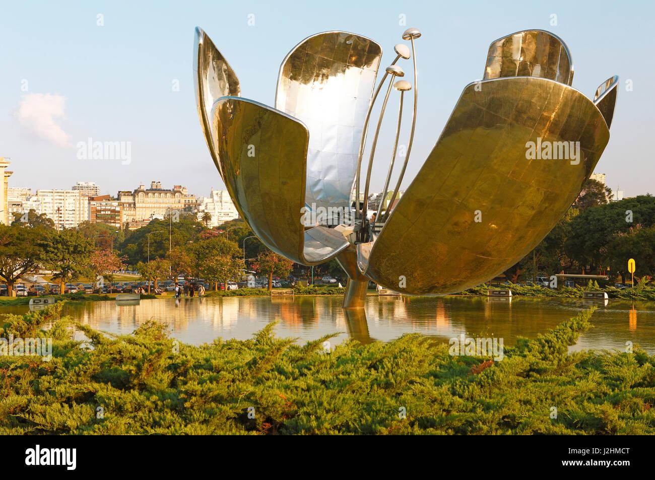 Monumento Floralis Genérica, Plaza Naciones Unidas, Recoleta, Buenos Aires, Argentina Immagini Stock