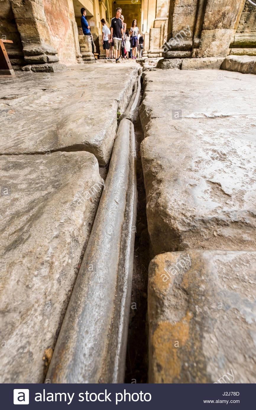 Romano tubo di piombo che fluisce con acqua calda dalla sacra primavera per la grande vasca da bagno, vasca, Somerset, Inghilterra, Regno Unito Foto Stock