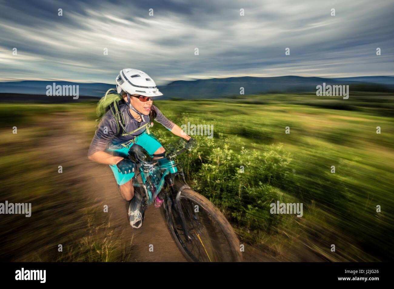 Nichole Baker mountain bike sul Twin Buttes sentieristica, Durango, CO. Immagini Stock
