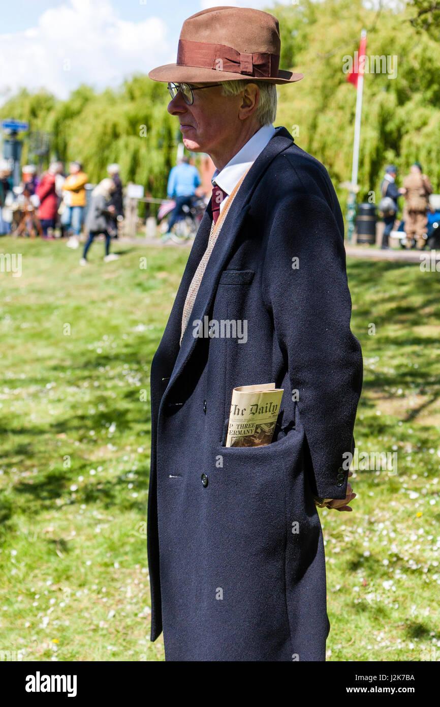 hot sale online fe03c 044d7 Saluto alla 40's rievocazione evento. Uomo vestito in stile ...
