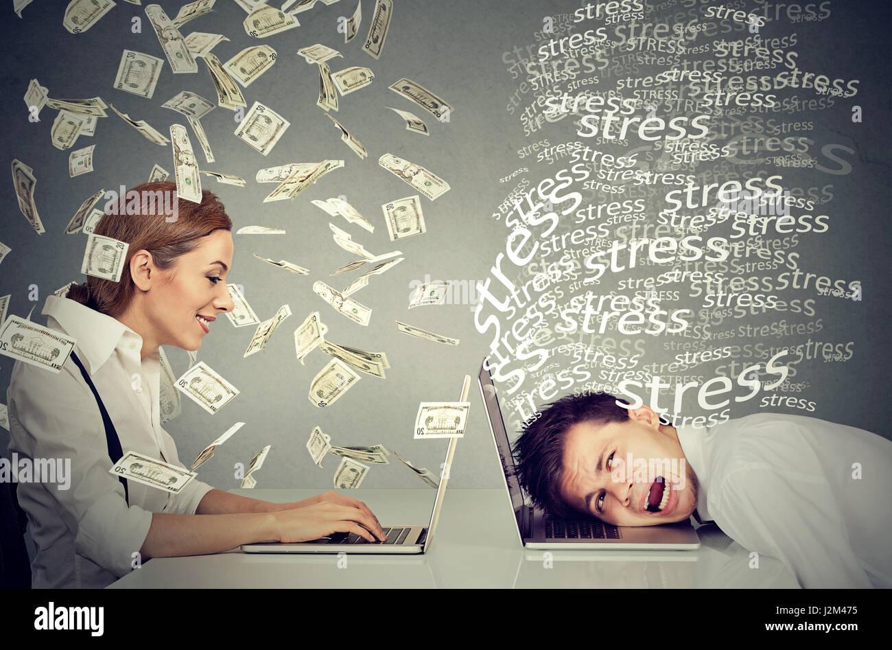 Dipendente economia di compensazione. Donna di successo sotto la pioggia in denaro lavorando sul computer portatile Immagini Stock