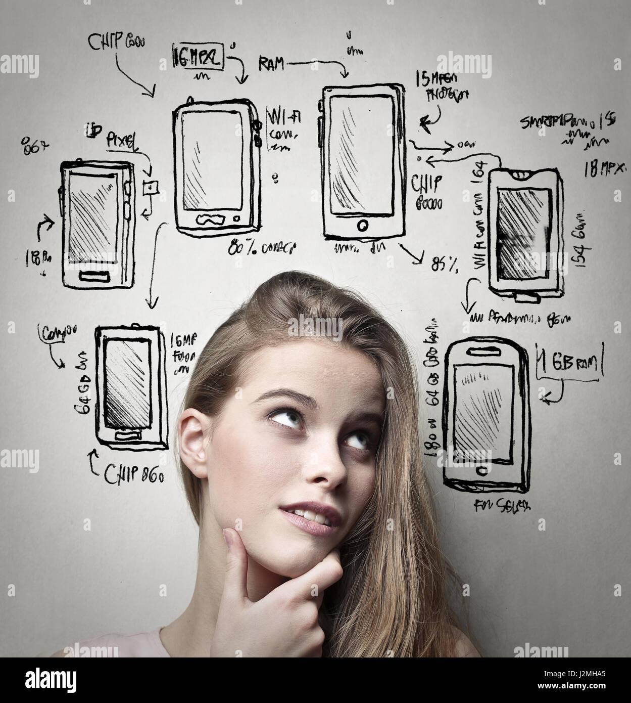 Donna pensare circa il suo nuovo telefono Immagini Stock