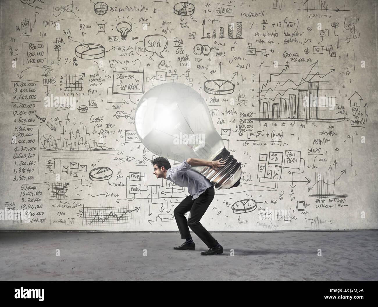 Imprenditore che porta lampadina Immagini Stock