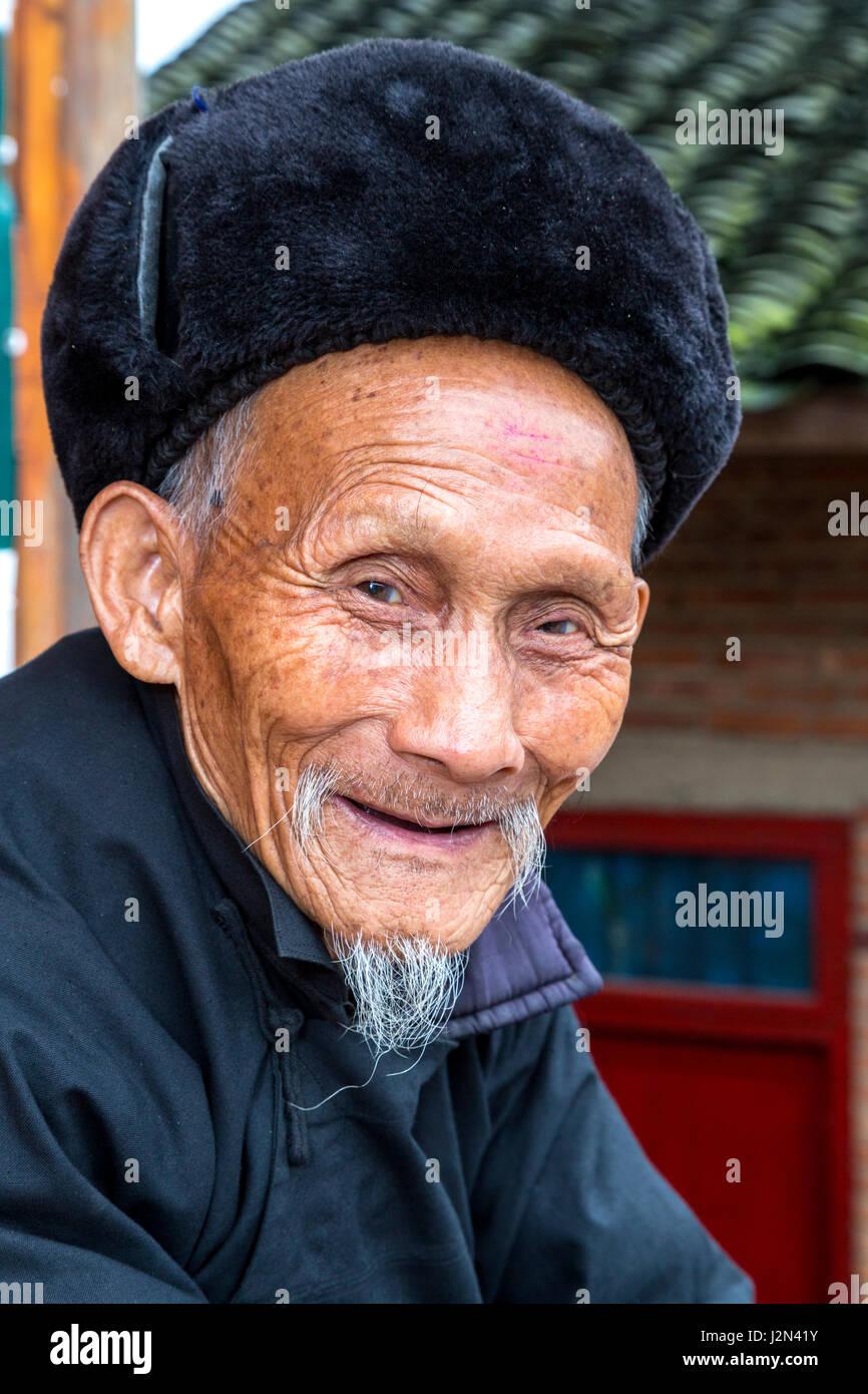 Matang, un villaggio Gejia nel Guizhou, Cina. Il vecchio uomo sorridente. Immagini Stock