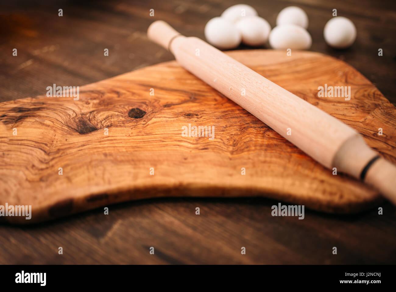 Tagliere Mattarello E Uova Su Sfondo Di Legno Closeup Vista Cibo