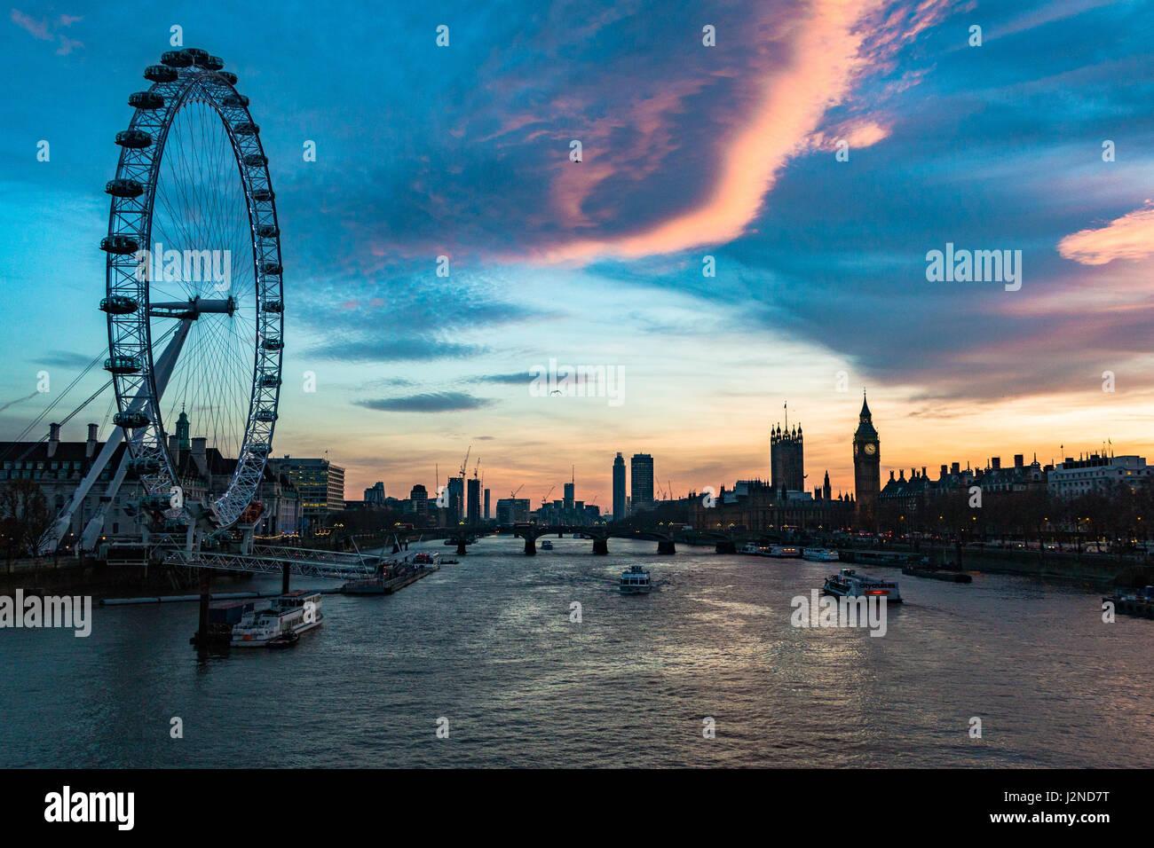 Il London Eye e il palazzo di Westminter sul Tamigi a Londra Immagini Stock