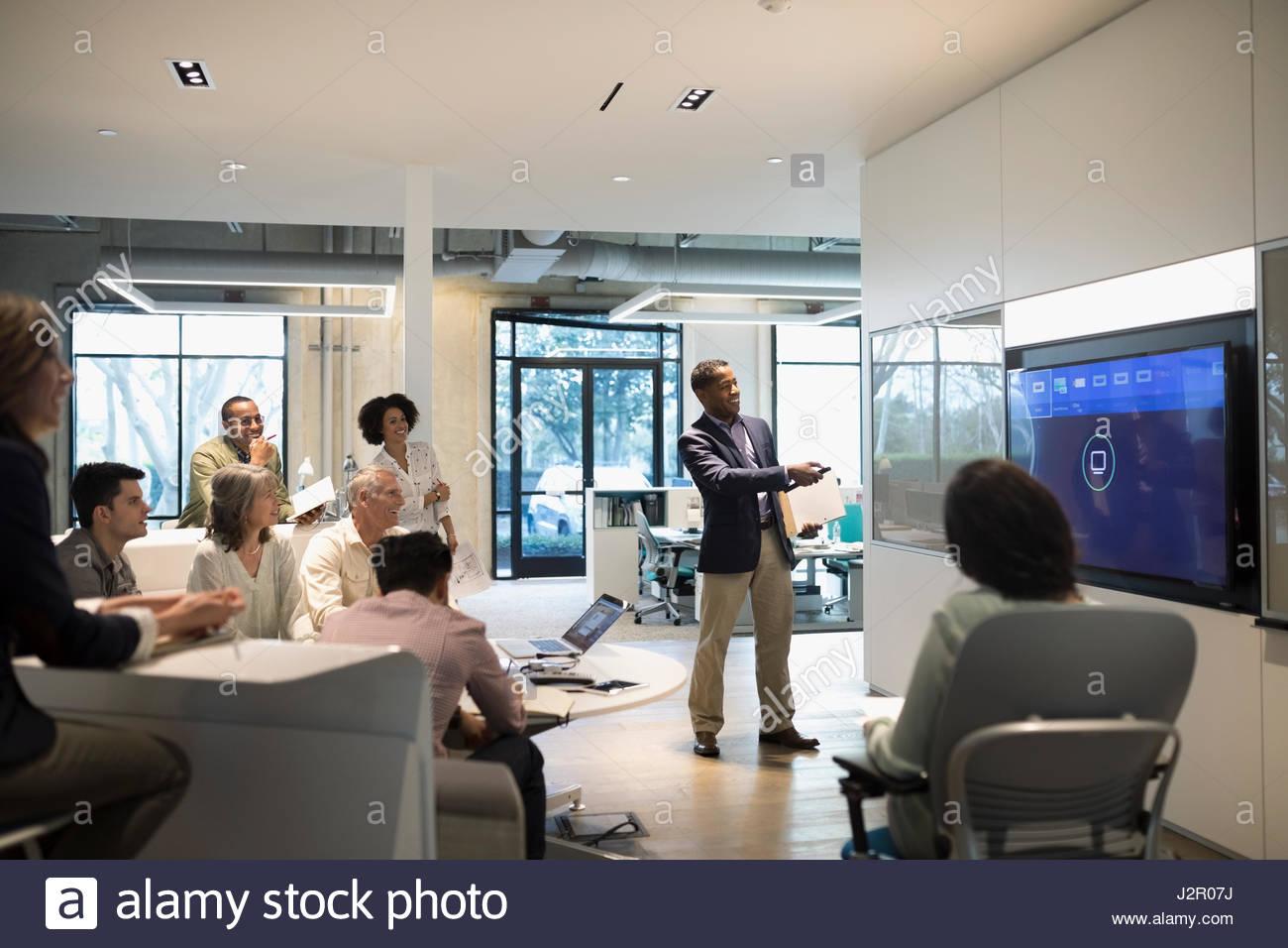 Imprenditore portando presentazione audio visiva nella sala conferenza incontro Immagini Stock