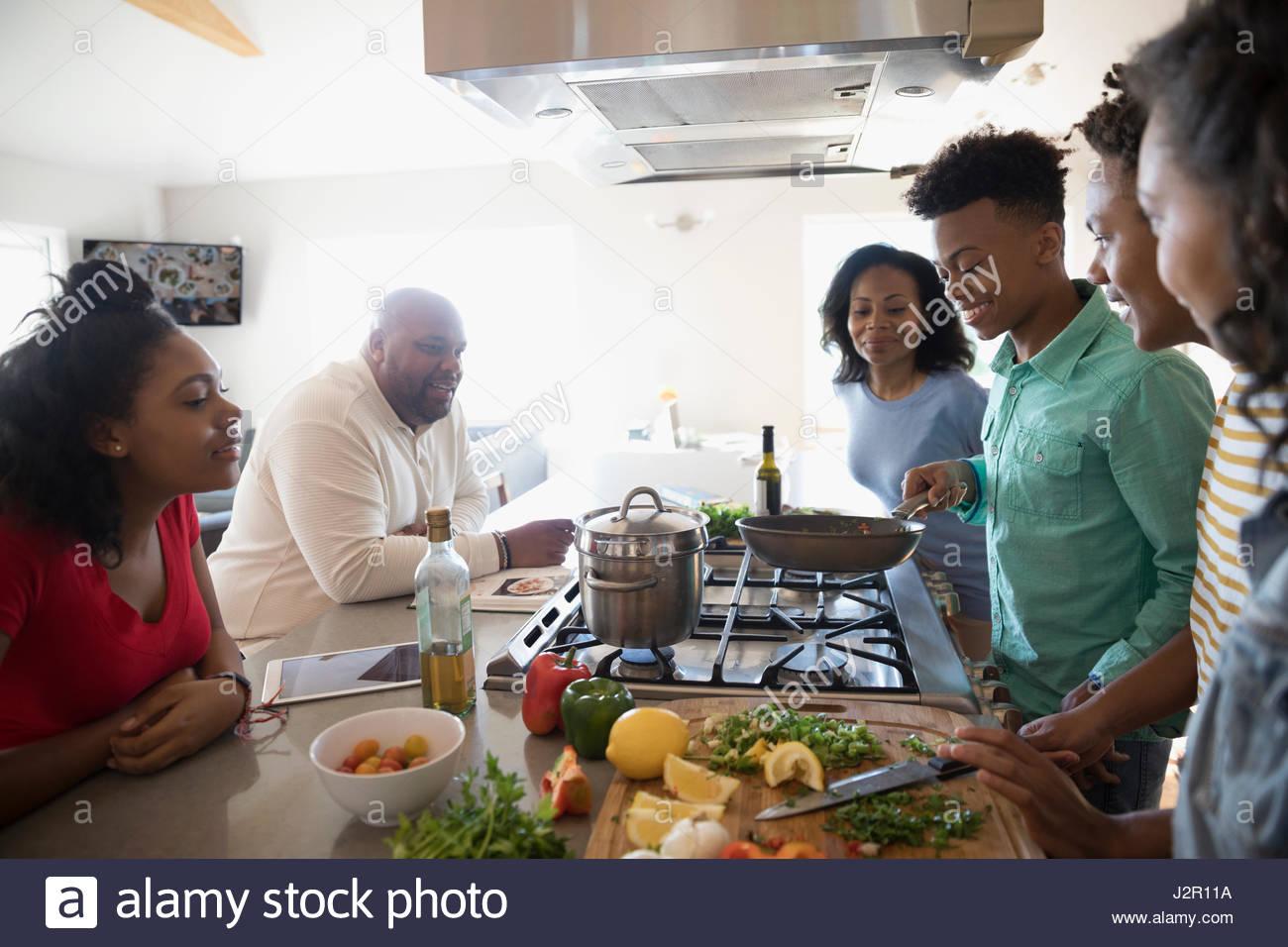 Famiglia americana africana per la cottura in cucina Immagini Stock