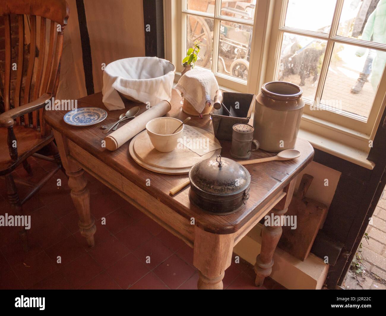 Un array di vecchi utensili da cucina e pentole e piatti e coltelli ...