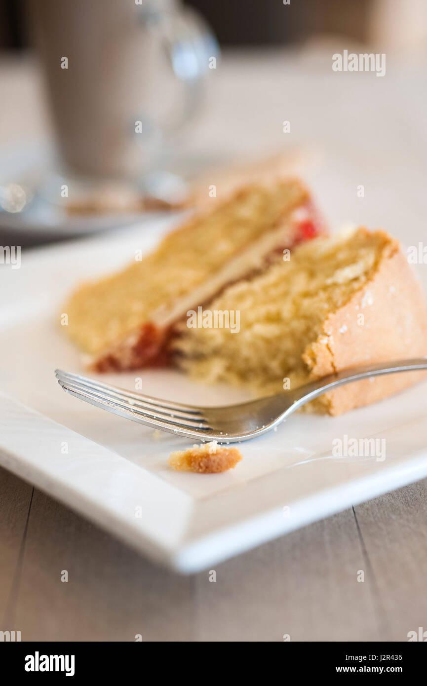 Cibo; caffè e torta; forcella; Victoria Sponge Cake; Dessert; Pudding; dolce; trattare; cuocere; la cottura; Immagini Stock