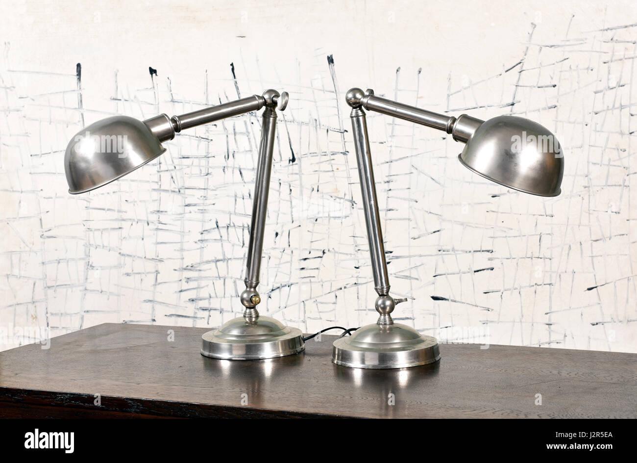 Due ferro vintage lampade elettriche con sfumature a cupola e