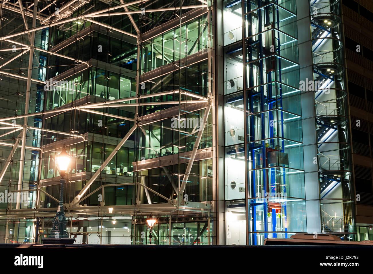 Una finestra di un edificio a più piani di vetro e acciaio di