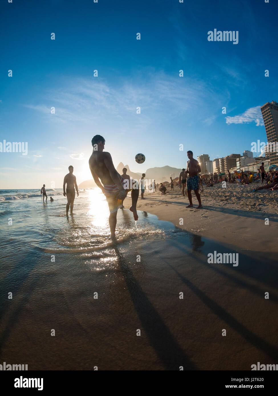 RIO DE JANEIRO - 2 febbraio 2013: i giovani brasiliani giocare altinho calcio sulla spiaggia in un keepy uppy circle Immagini Stock