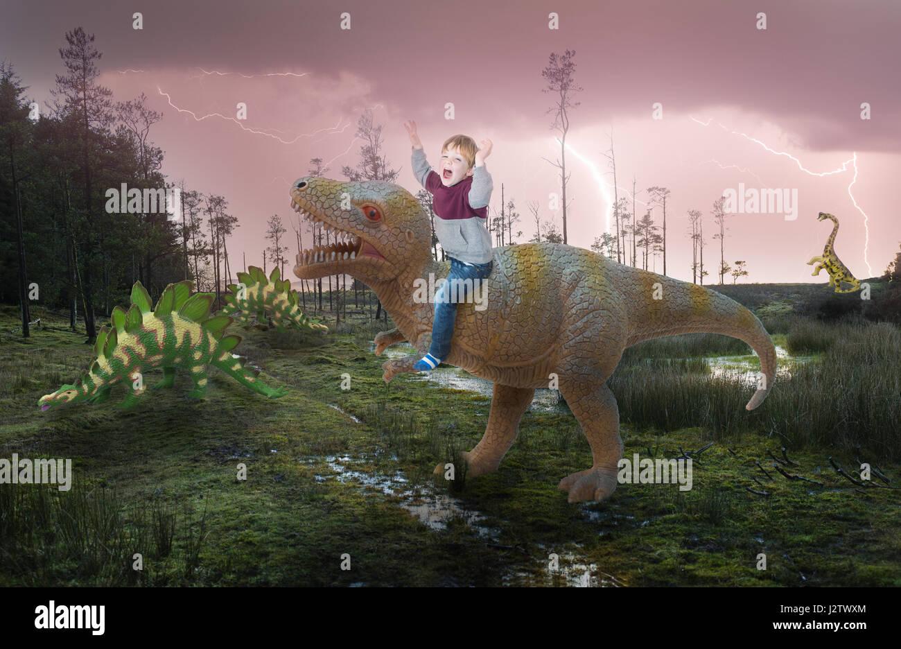 La fantasia di un ragazzino a cavallo su un dinosauro Immagini Stock