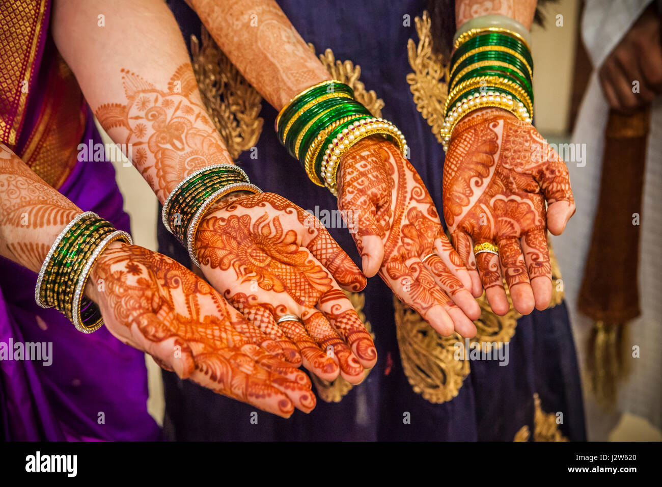 Il decorato le braccia e le mani di due donne in un Indù matrimonio indiano. Pune, India. Immagini Stock