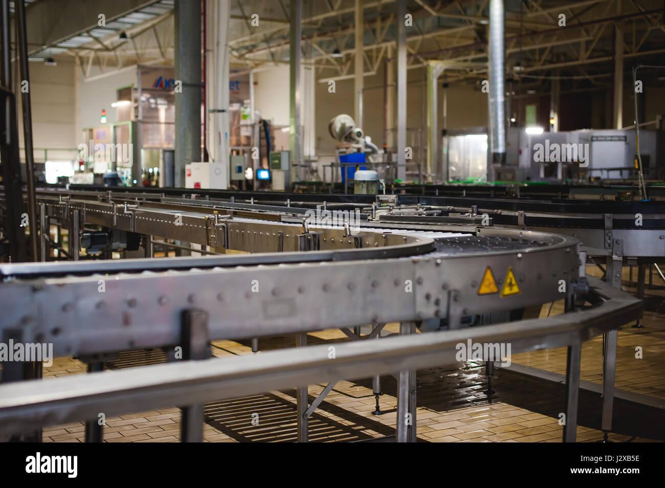 La produzione di birra linea. Attrezzatura per la messa in scena di produzione e di imbottigliamento del prodotto finito. Industriali speciali dispositivo tecnologico in fabbrica Foto Stock