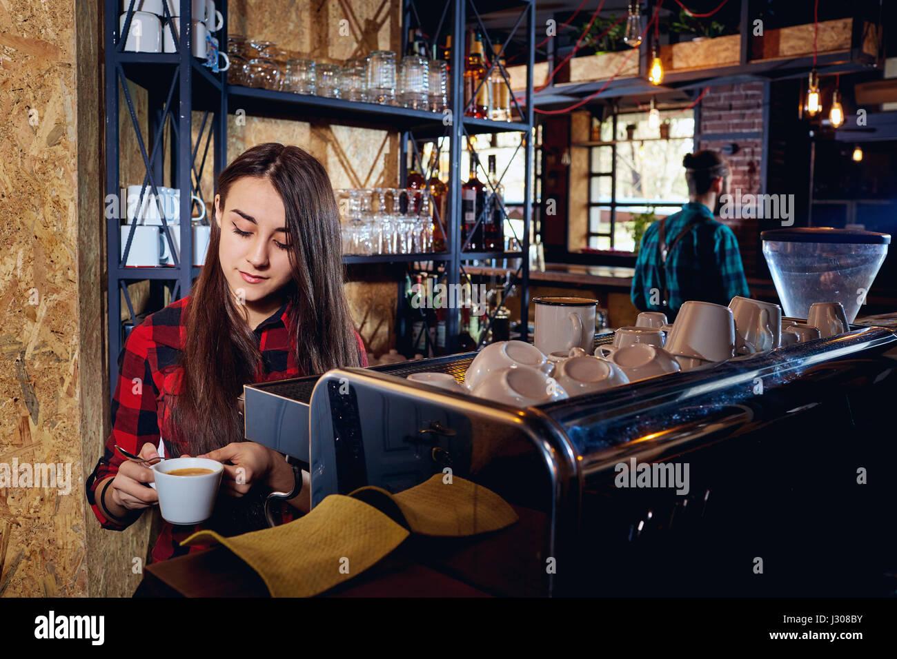 Barista ragazza è fare il caffè in un bar Immagini Stock