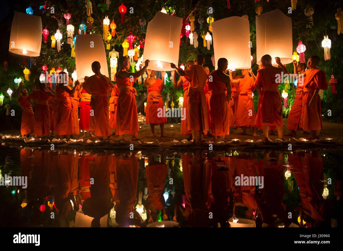 CHIANG MAI, Thailandia - 7 Novembre 2014: giovani monaci buddisti in arancione vesti lancio lanterne sky all annuale Immagini Stock