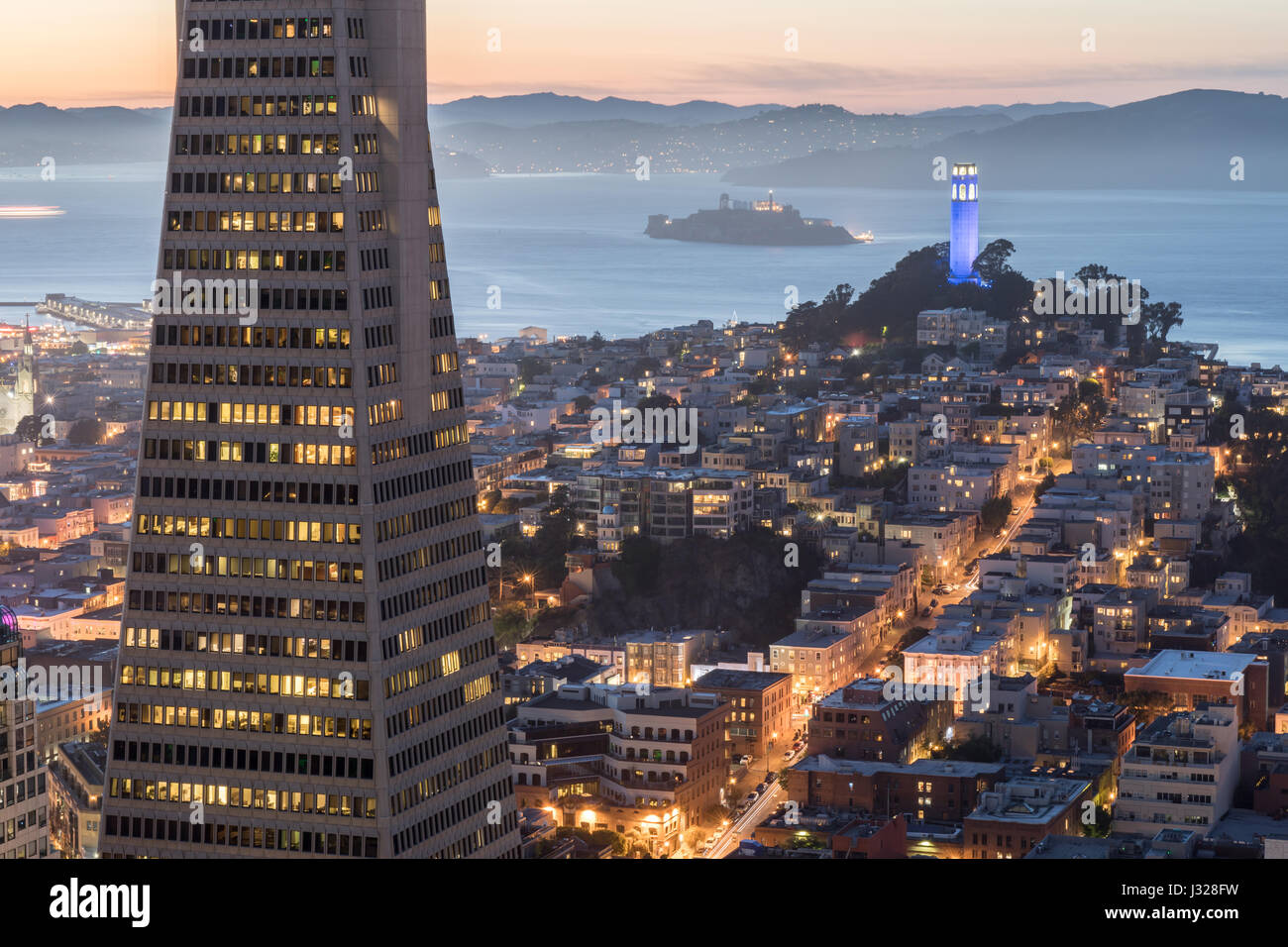 Crepuscolo sopra Telegraph Hill, Isola di Alcatraz e la baia di San Francisco dal quartiere finanziario. Foto Stock
