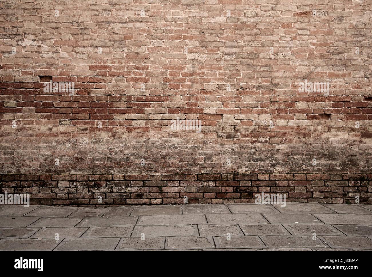 Dark room con pavimento in piastrelle e muro di mattoni in