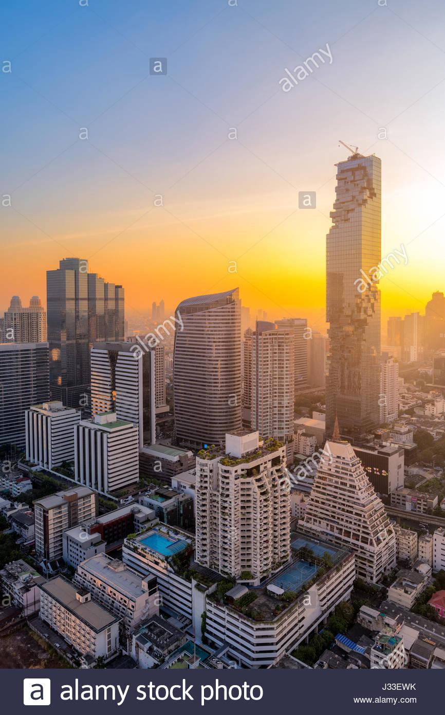 Vista aerea di un edificio alto e moderno in zona business di Bangkok, Tailandia Immagini Stock