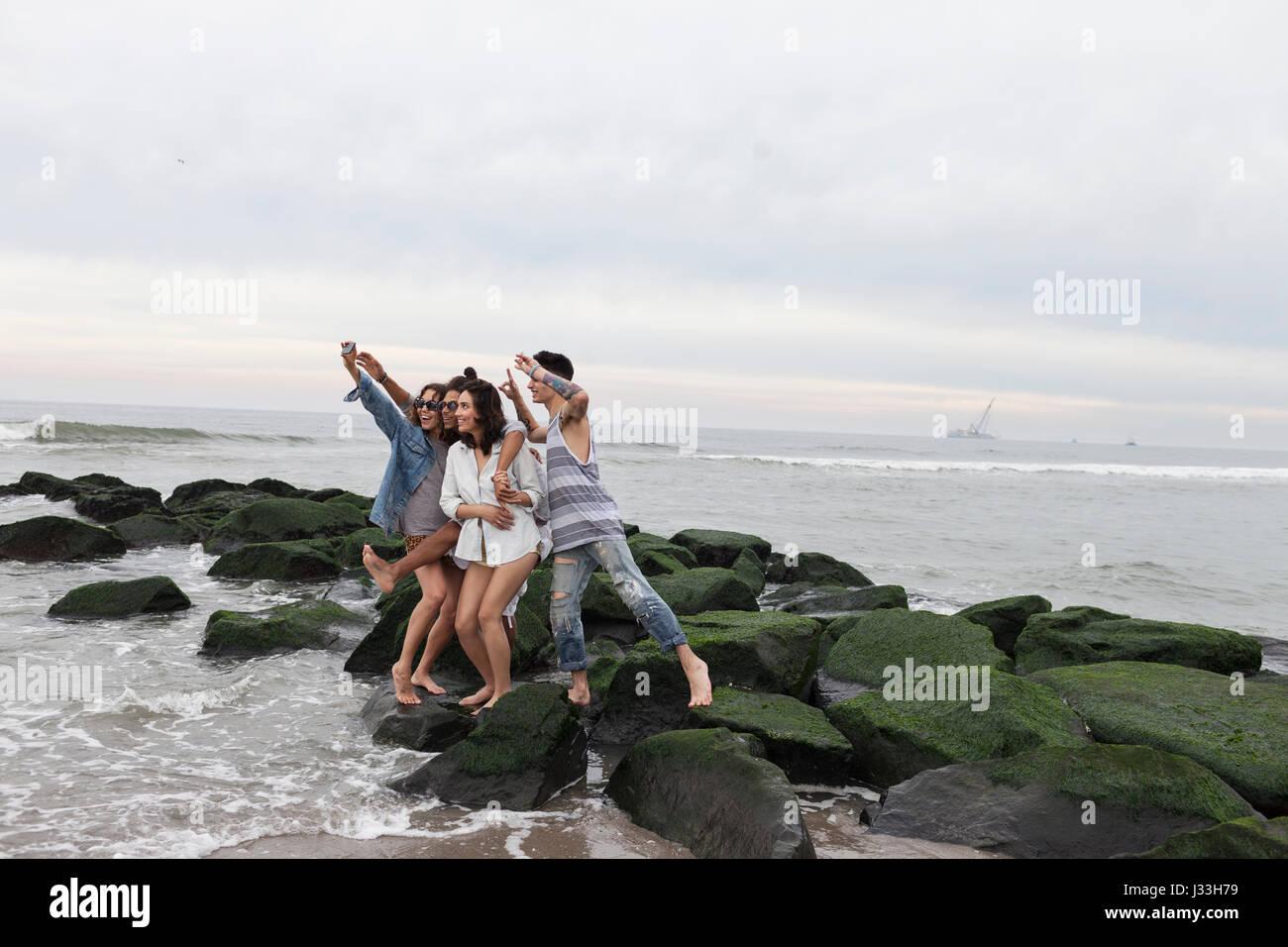 Amici in posa per una selfie sulla spiaggia Immagini Stock