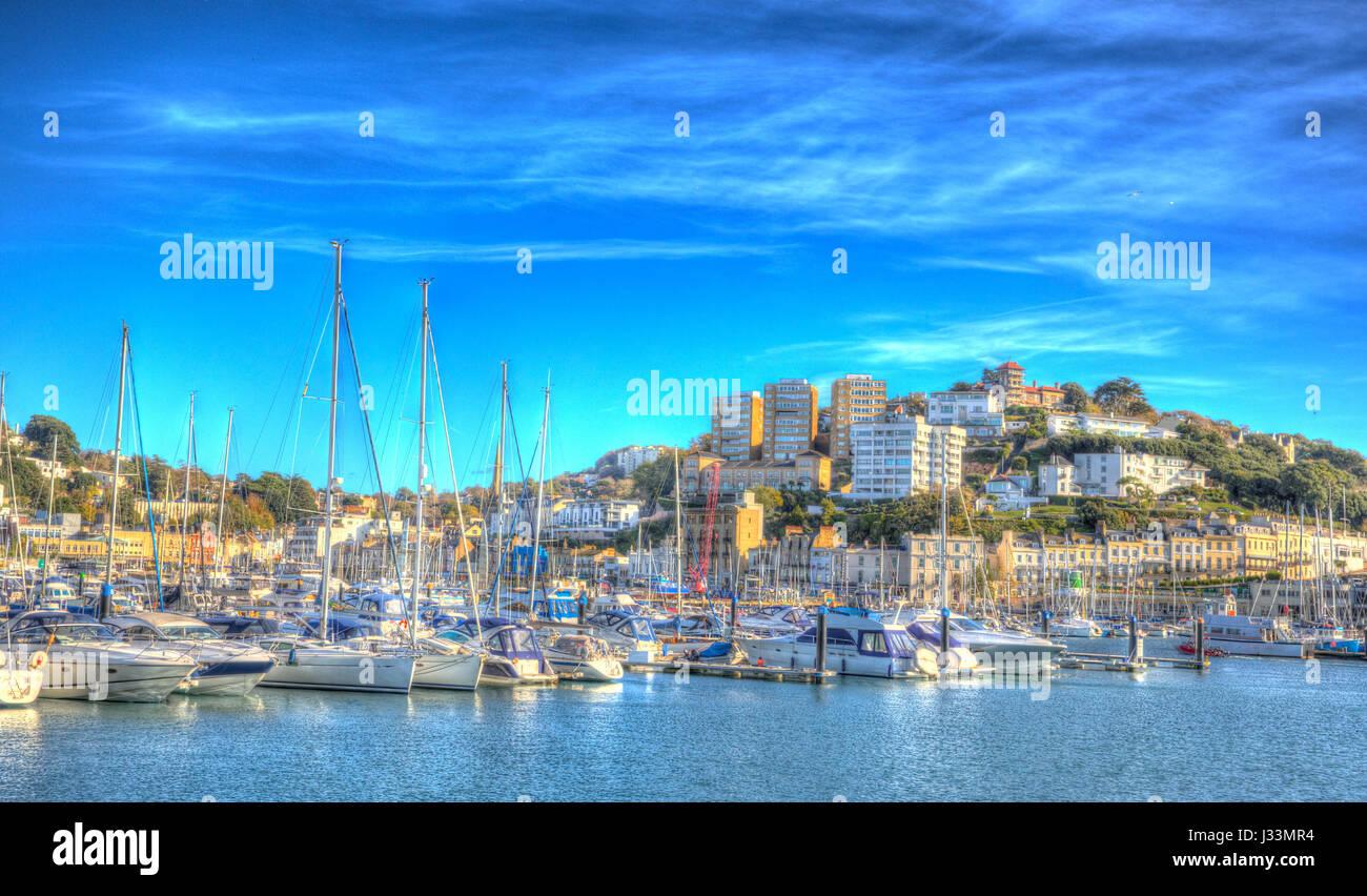Torquay Devon la Riviera Inglese con barche e yacht in colorate HDR Immagini Stock