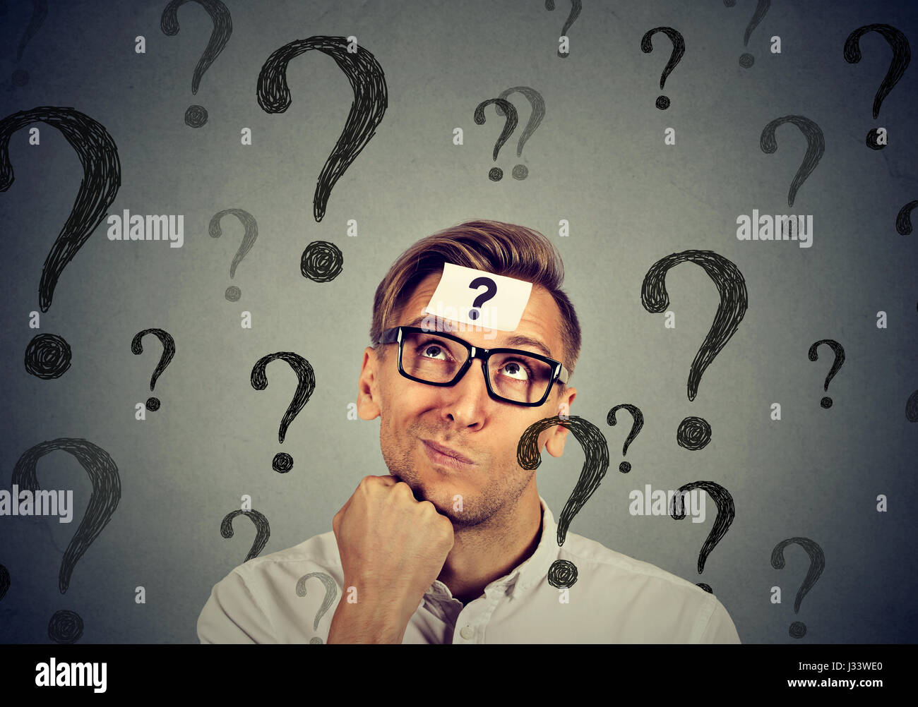 Riflessivo confuso uomo bello ha troppe domande e nessuna risposta Immagini Stock