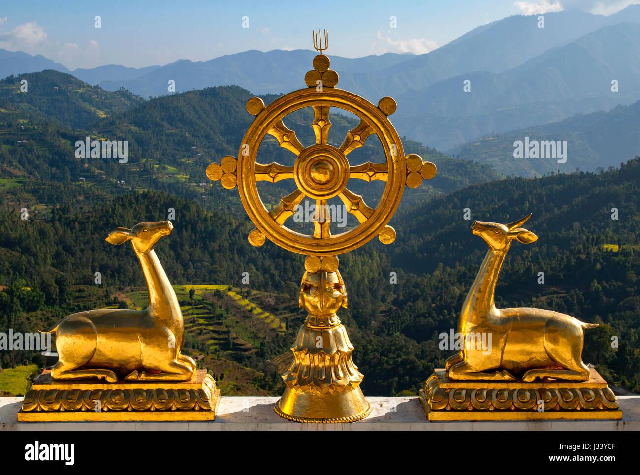 La ruota del dharma (Dharmacakra) dell'Thrangu Tashi Yangtse monastero Buddista in Namo Buddha. Il Nepal. Immagini Stock