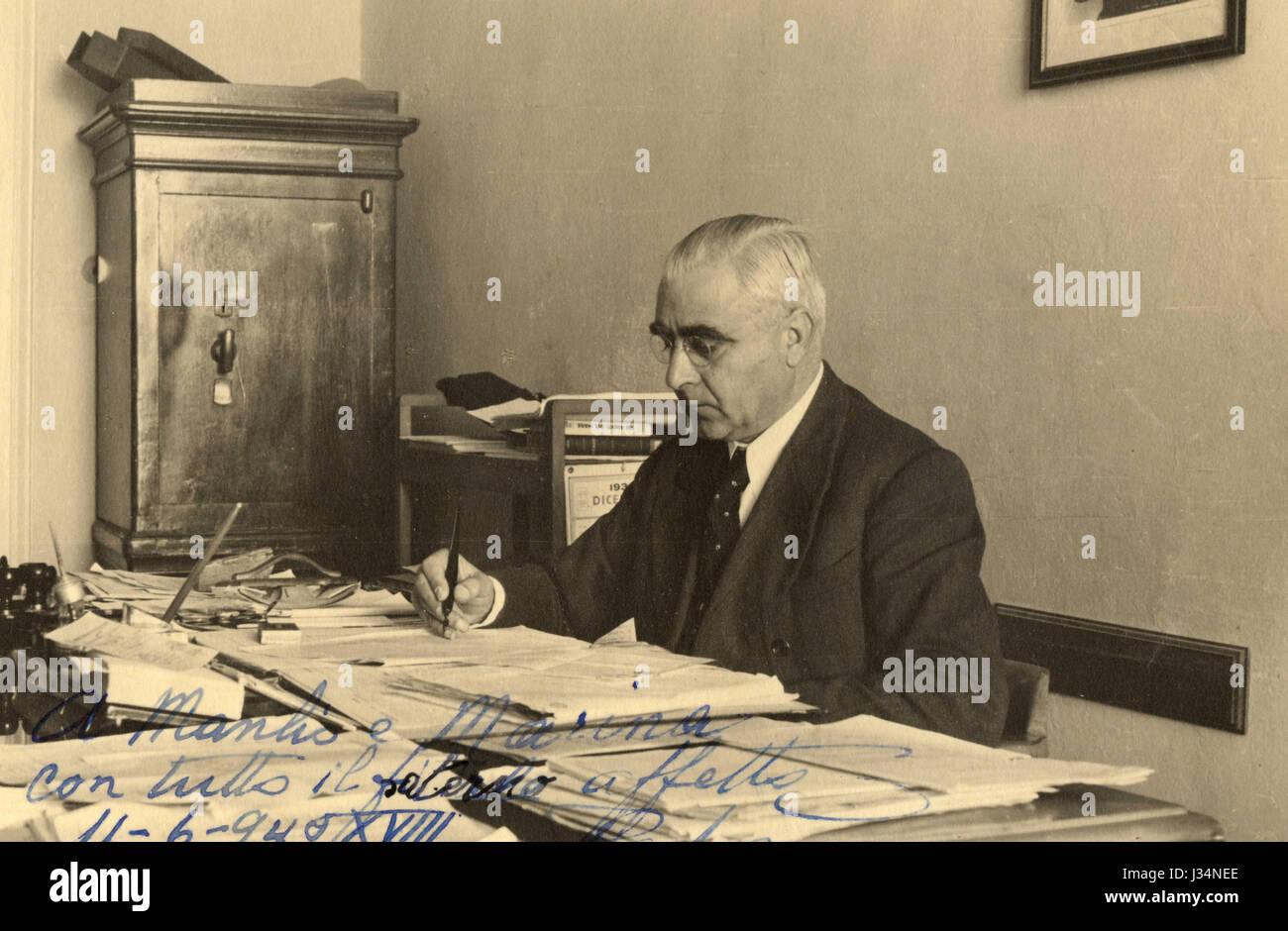 Un addetto alla sua scrivania, Italia 1940 Immagini Stock