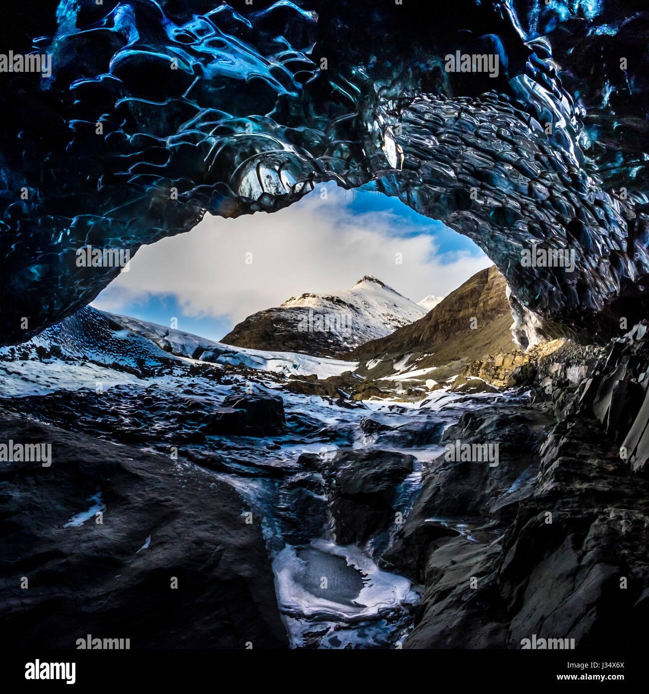 JOKULSARLON, Islanda - CIRCA NEL MARZO 2015: la grotta di ghiaccio di vicino alla laguna glaciale del Vatnajökull Immagini Stock