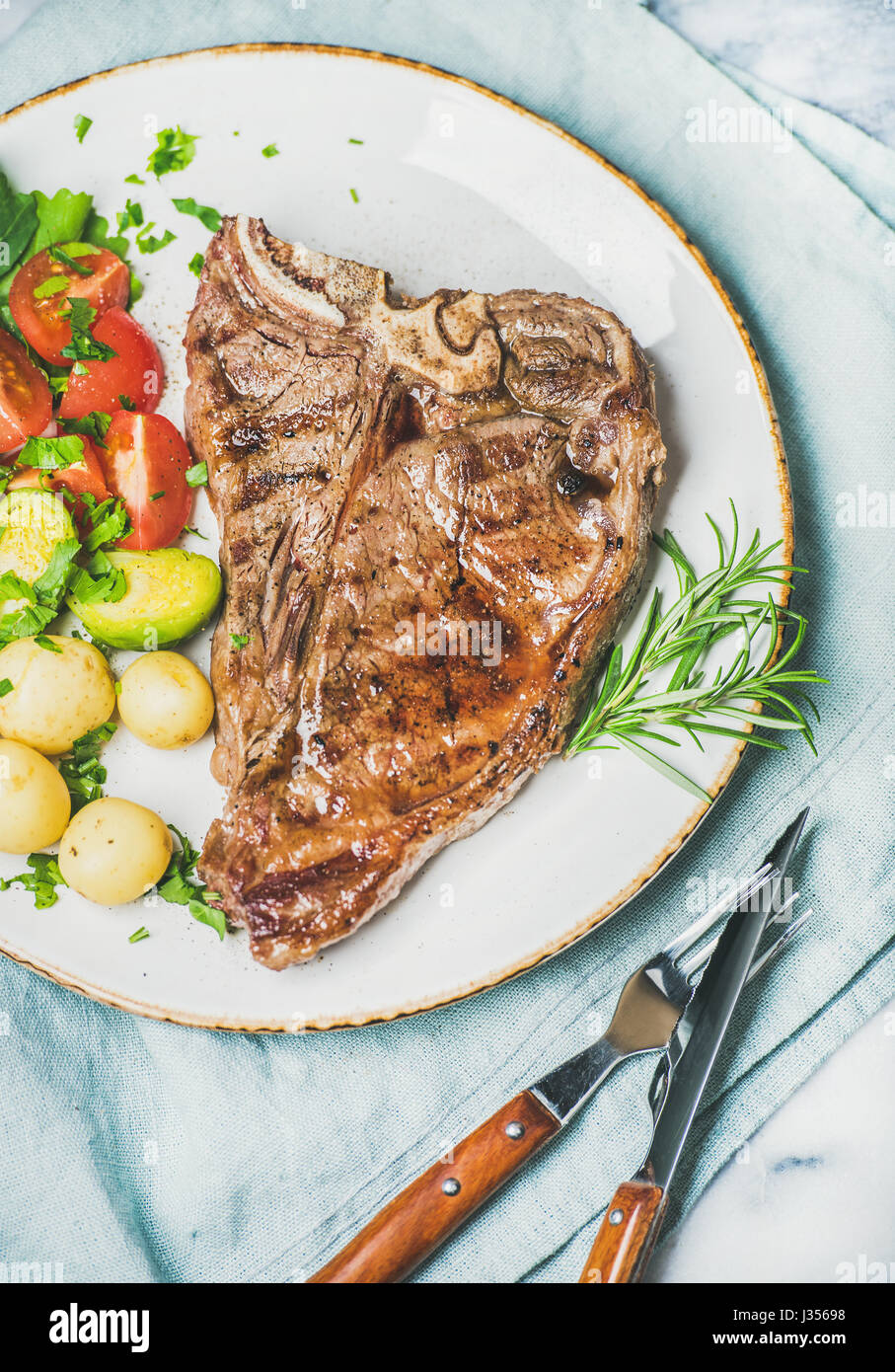 Cena a base di carne la piastra con manzo cotto tbone steak Immagini Stock