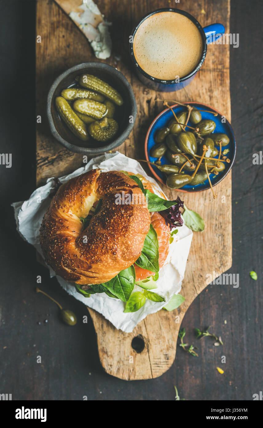 La prima colazione con bagel, caffè espresso, capperi e sottaceti Immagini Stock