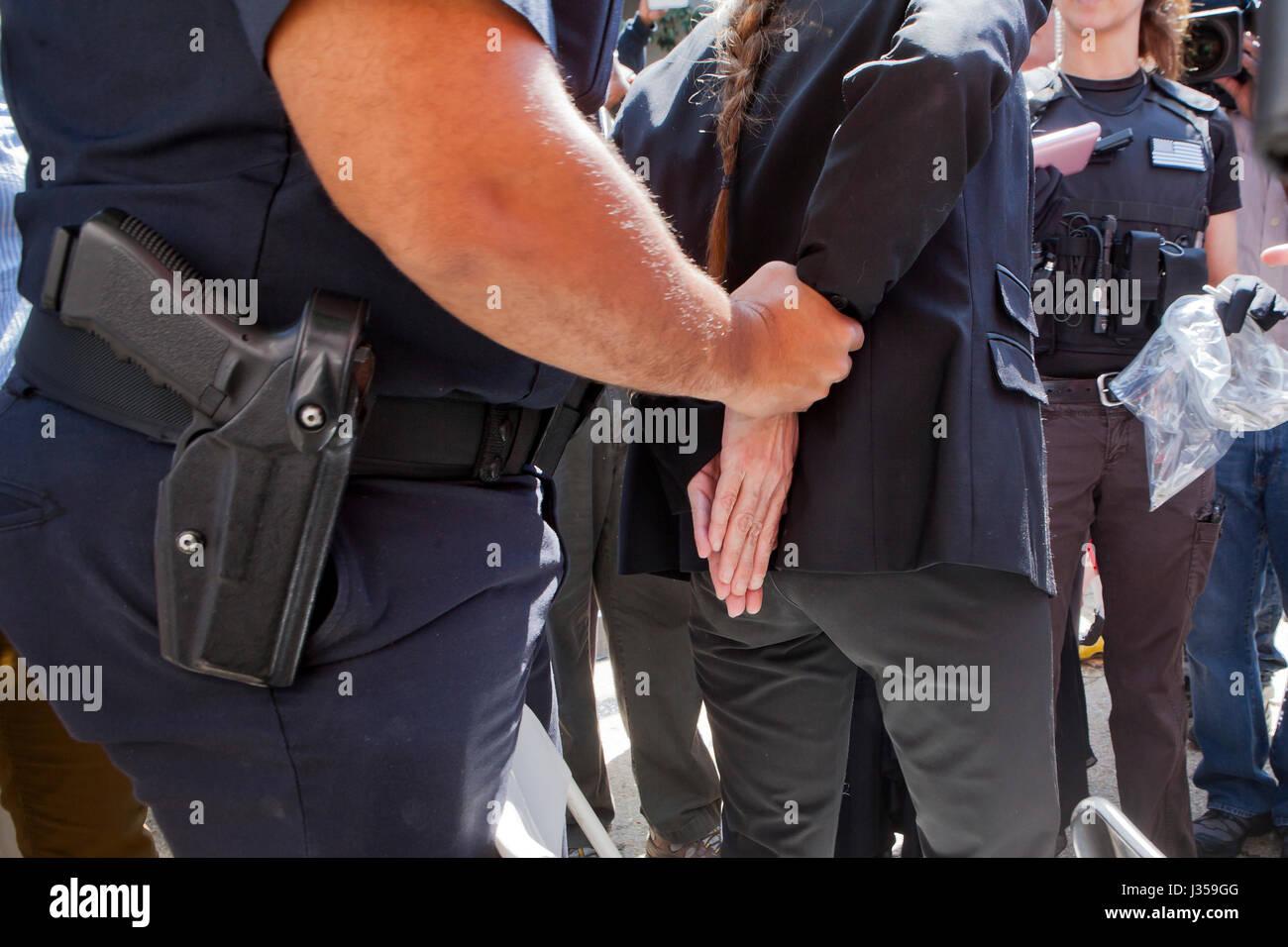 Donna di essere arrestato e ammanettato dalla polizia - USA Immagini Stock