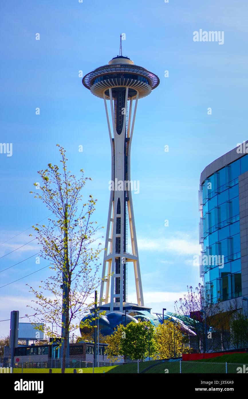 Seattle Washington's Space Needle: quanto è alta rispetto ad un albero e un vicino edificio di Seattle Immagini Stock