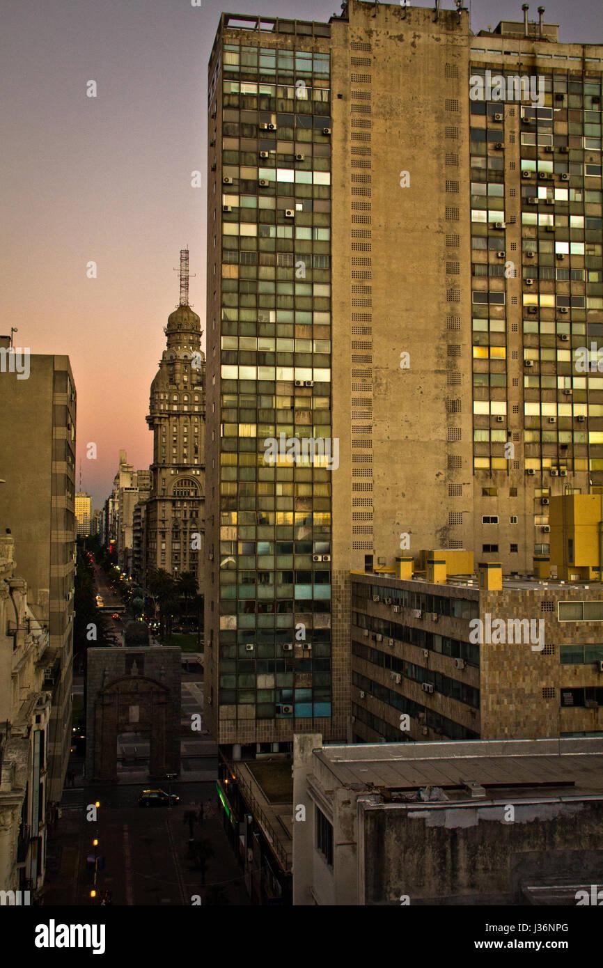 La luce del tramonto a Montevideo con grande prospettiva all'orizzonte. Edifici di tramonto. Luce colorata. Immagini Stock