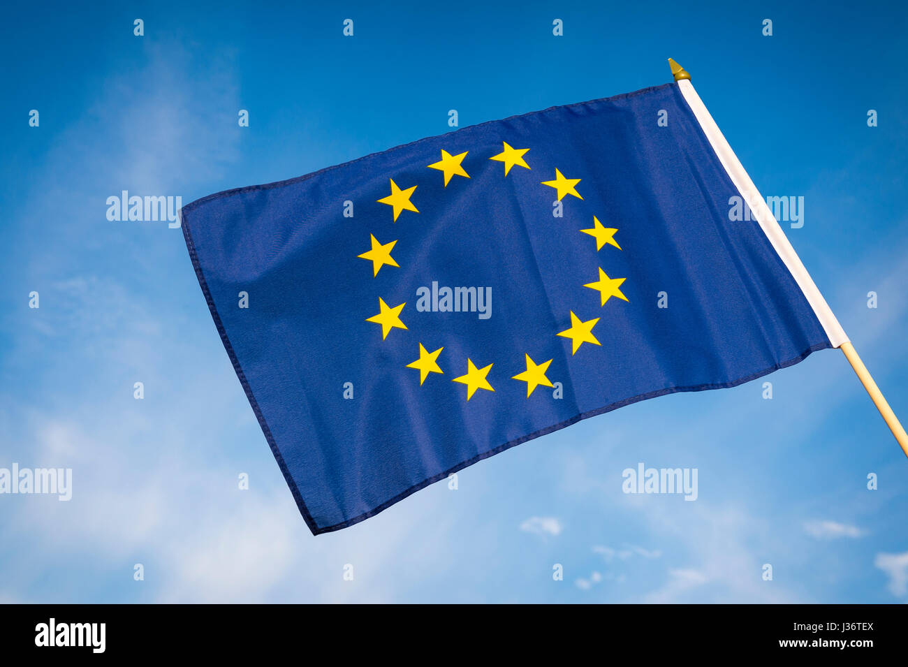 Ue Unione Europea bandiera all'aperto nel luminoso cielo blu Immagini Stock