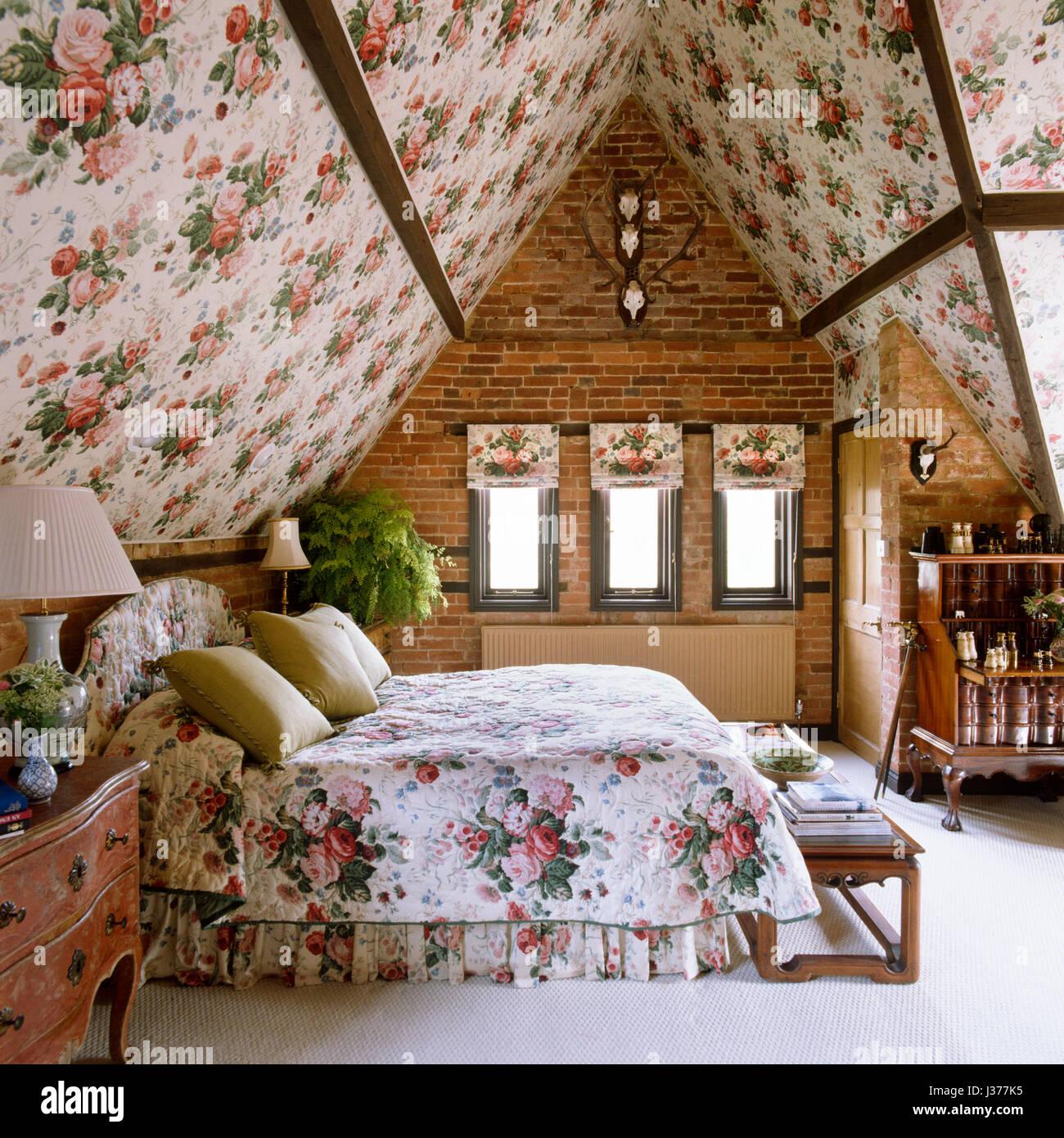 Stile Edoardiano camera da letto con motivi floreali e soffitto di lenzuola. Immagini Stock