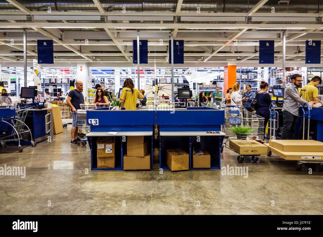 Miami Florida negozio Ikea mobili rivenditore home accessori carrello Cassa check-out line pagando in coda Immagini Stock