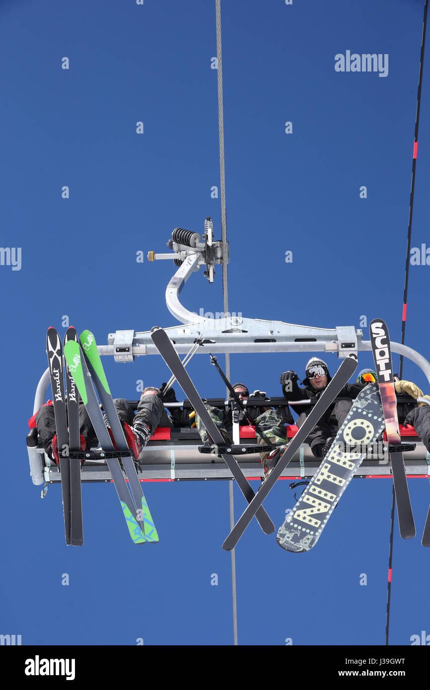 Le alpi francesi. ski lift visto da sotto. Immagini Stock