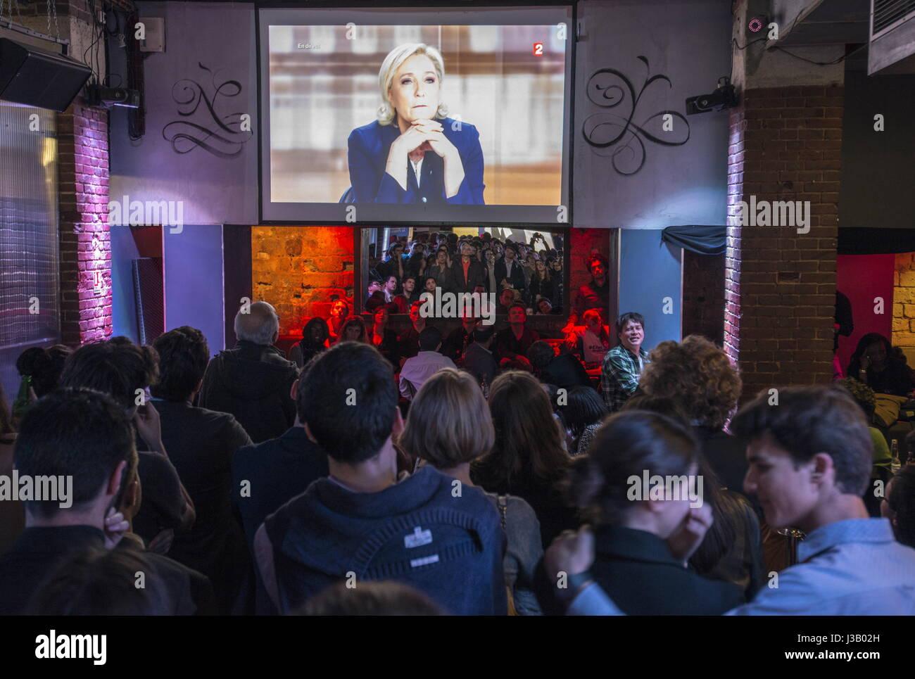 Parigi, Francia. Il 3 maggio, 2017. La gente guarda una trasmissione del dibattito televisivo francese tra candidati Immagini Stock