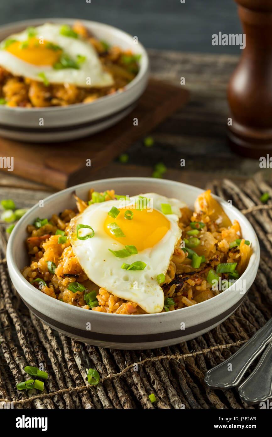 In casa di kimchi coreano riso fritto con un uovo Immagini Stock